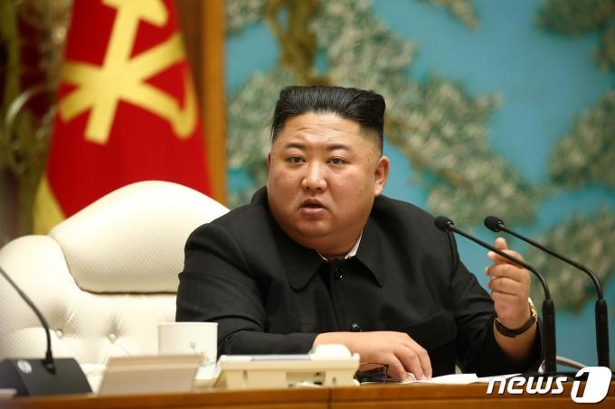 """국정원이 27일 열린 국회 정보위원회 현안보고에서 """"김정은 북한 국무위원장이 방역 규정을 이행하지 않은 핵심 간부와 환율 급락을 이유로 평양의 거물 환전상을 처형했다""""고 밝혔다. /사진=뉴스1(노동신문 제공)"""