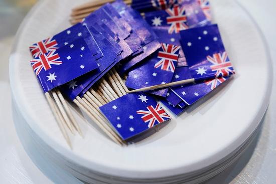 지난 6일 중국 상하이에서 열린 국제수입박람회에서 호주 부스에 호주 소형 국기가 가득한 접시가 놓여 있다. /사진=로이터
