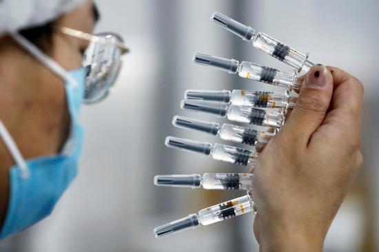 블룸버그는 26일 중국인들이 신종 코로나바이러스 감염증(코로나19) 백신에 대한 안전성 여부가 불투명한 상황 속에서도 백신을 앞다퉈 맞으려 한다고 보도했다. 사진은 중국 국영기업 시노백의 코로나19 백신의 모습. /사진=로이터