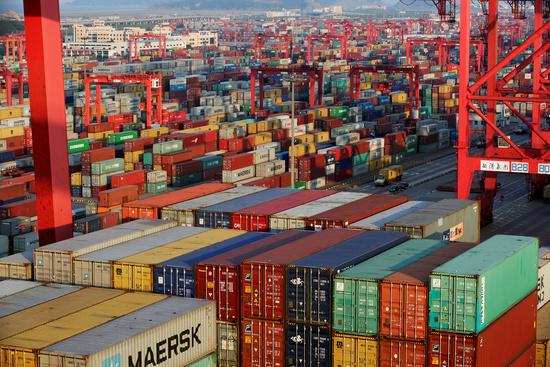 중국 상하이 경제자유구역의 항구에 컨테이너들이 적치되어 있다. /사진=로이터