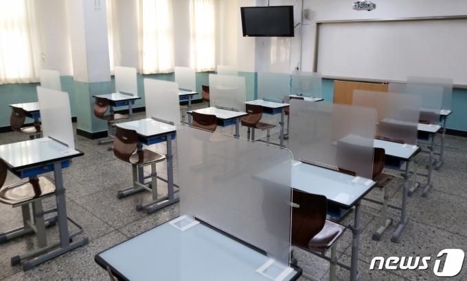 지난 27일 오후 서울 송파구 잠실고등학교에 마련된 2021학년도 대학수학능력시험(수능) 고사장에 가림막이 설치되어 있다. /사진=뉴스1