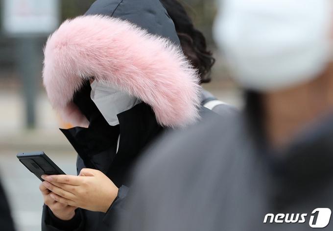 전국 곳곳의 아침 기온이 영하권으로 떨어지면서 초겨울 추위를 보인 24일 서울 광화문 일대에서 두꺼운 옷차림의 시민들이 출근을 하고 있다. 2020.11.24/뉴스1 © News1 이성철 기자