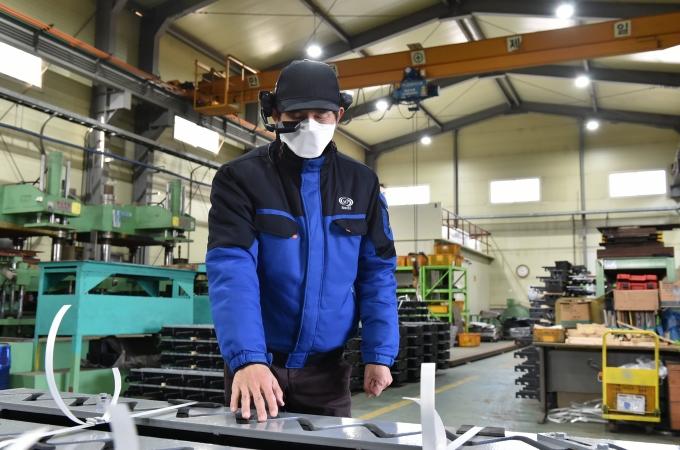 27일 김포시 소재 ㈜엠피기술산업에서 진행된 '찾아가는 글로벌 전시회 지원사업'에서 직원이 스마트 안경을 쓰고 바이어에게 공장 시설을 안내하고 있다. / 사진제공=경과원