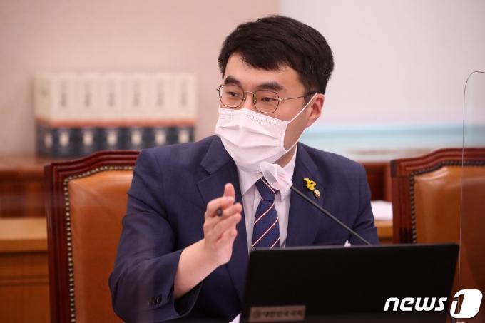 김남국 더불어민주당 의원이 22일 서울 여의도 국회에서 열린 법제사법위원회의 대검찰청에 대한 국정감사에서 질의를 하고 있다. 2020.10.22/뉴스1 © News1 박세연 기자