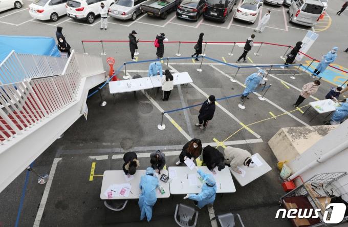 27일 서울 동작구청에 마련된 선별진료소를 찾은 시민들이 신종 코로나바이러스 감염증(코로나19) 검사를 받기위해 줄지어 대기하고 있다. 2020.11.27/뉴스1 © News1 박지혜 기자