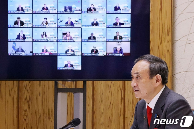스가 요시히데 일본 총리가 21일 말레이시아가 주최한 아시아태평양경제협력체(APEC) 정상회의에서 발언하고 있다. © AFP=뉴스1