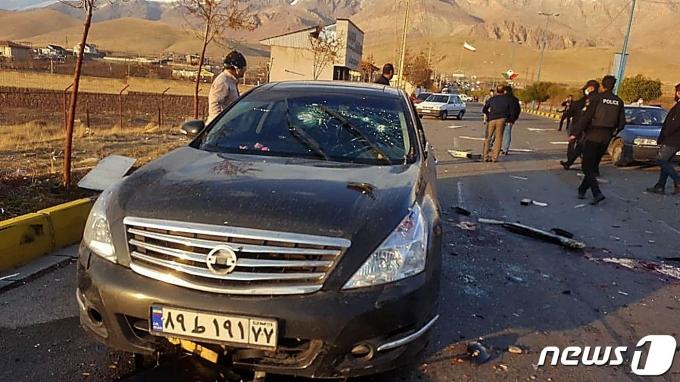 이란국영TV(IRIB)가 제공한 모흐센 파흐리자데흐의 암살 추정 현장 사진 © AFP=뉴스1