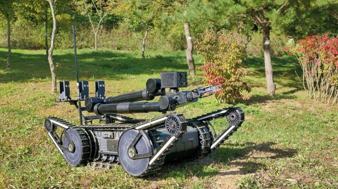 국내 기술로 제작된 지뢰·폭발물탐지·제거로봇/사진=뉴스1 DB