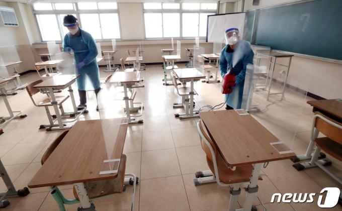 2021학년도 대학수학능력시험을 일주일 앞둔 지난 26일 대전고등학교에서 관계자들이 시험장에 칸막이 설치와 방역을 하고 있다./사진=뉴스1