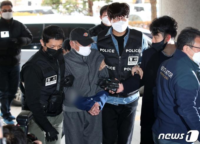 서울 마포구 공덕동의 한 모텔 건물에 불을 지른 혐의로 체포된 60대 A씨가 27일 서울 마포구 서울서부지방법원에 영장실질심사를 받기 위해 들어서고 있다. 모텔 장기투숙자인 A씨는 지난 25일 모텔 주인에게 술을 달라고 말다툼을 한 뒤 자신의 방에 불을 붙였다. 이로 인한 방화 화재로 2명이 숨졌고 9명이 부상을 입었다./사진=뉴스1