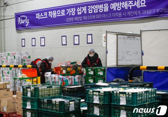 지난 21일 오전 서울 송파구 마켓컬리 장지물류센터에서 마스크를 쓴 직원들이 분류 작업을 하고 있다./사진=뉴스1