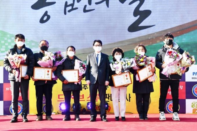 파주시가 27일 개최한 '제25회 파주시 농업인의 날 기념식'에서 우수농업인 28명 수상했다. / 사진제공=파주시