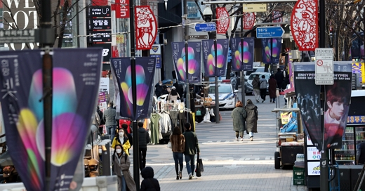 수도권 거리두기가 2단계로 격상된 이후 첫 주말을 맞은 28일 오후 서울 명동거리가 한산한 모습을 보이고 있다./사진=뉴스1 김명섭 기자