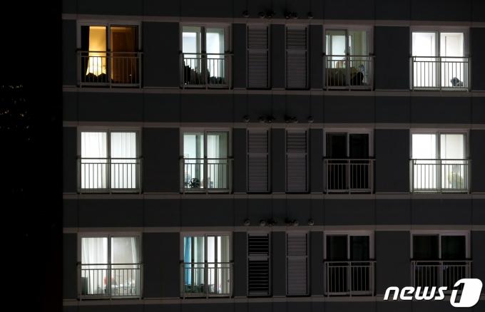 시민들의 귀가시간이 빨라지면서 서울의 한 아파트 단지가 가정마다 불이 켜져있다.. 2020.11.29/뉴스1 © News1 이동해 기자