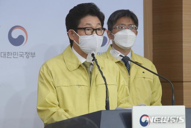 조명래 환경부 장관이 지난달 30일 서울 종로구 정부서울청사 별관 브리핑룸에서 제2차 미세먼지 계절 관리제 관련 브리핑을 하고 있다. /사진=뉴시스