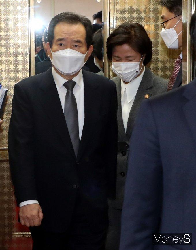 [머니S포토] 정세균·추미애, 국무회의 참석