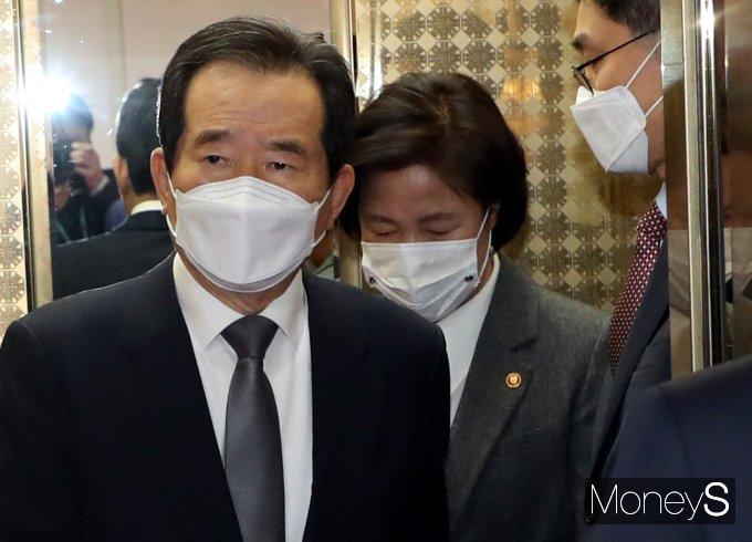 [머니S포토] 국무회의 참석하는 정세균 총리와 추미애 장관