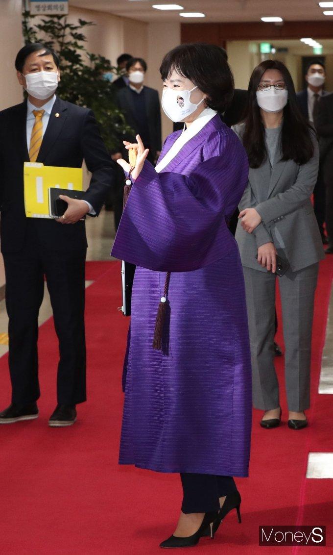 [머니S포토] 한복입고 국무회의 참석하는 전현희 국민권익위원장