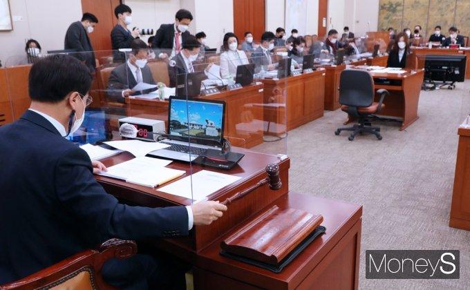 [머니S포토] 국회 문체위 주재하는 도종환 위원장