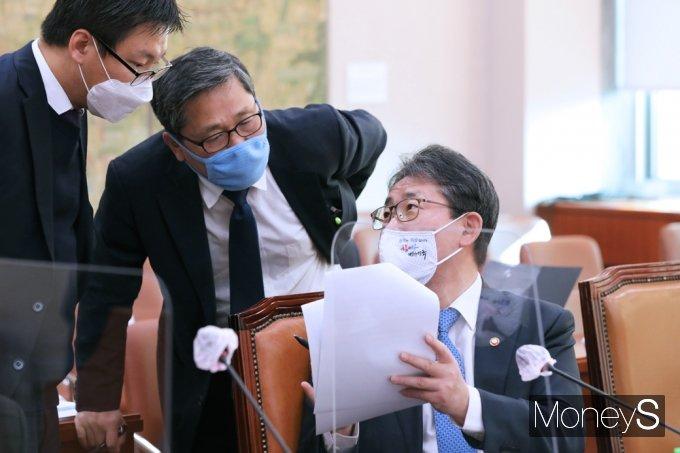 [머니S포토] 국회 문체위, 의견 나누는 박양우 장관