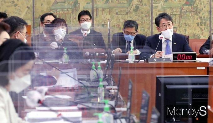 [머니S포토] 답변하는 박양우 문화체육관광부 장관