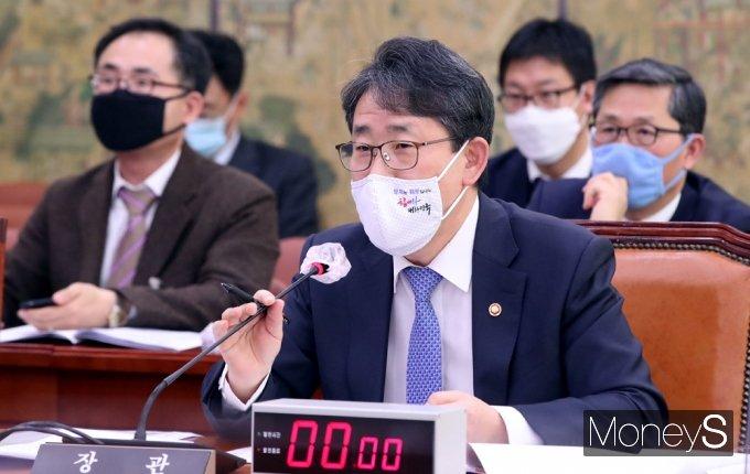 [머니S포토] 의원 질의 답하는 박양우 장관