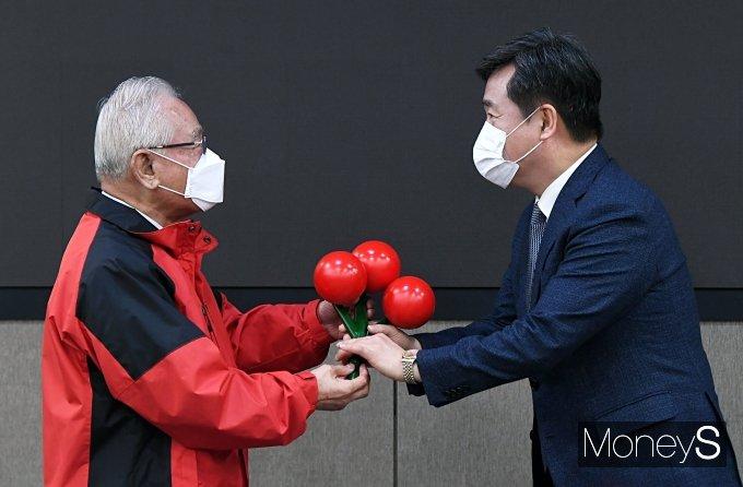 [머니S포토] 사랑의 열매 전달받는 서정협 서울시장 권한대행