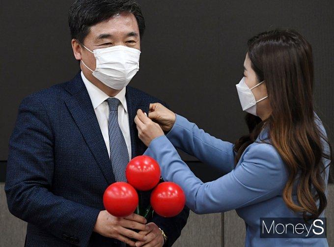 [머니S포토] 김지선에게 사랑의 열매 배지 받는 서정협 권한대행