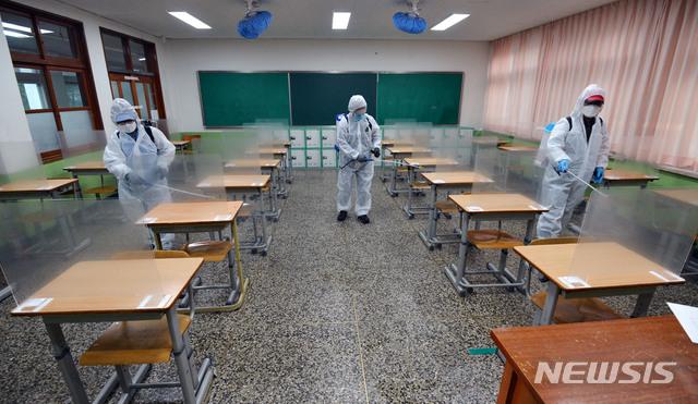 2021학년도 대학수학능력시험을 사흘 앞둔 지난 30일 오후 수능 시험장으로 지정된 대구의 한 고등학교에서 방역업체 관계자들이 방역작업을 하고 있다. /사진=뉴시스