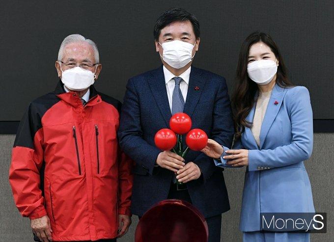 [머니S포토] 기념촬영 하는 서정협 권한대행과 윤영석 회장