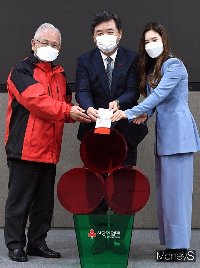 [머니S포토] 사랑의 열매 성금 전달하는 서정협 서울시장 권한대행