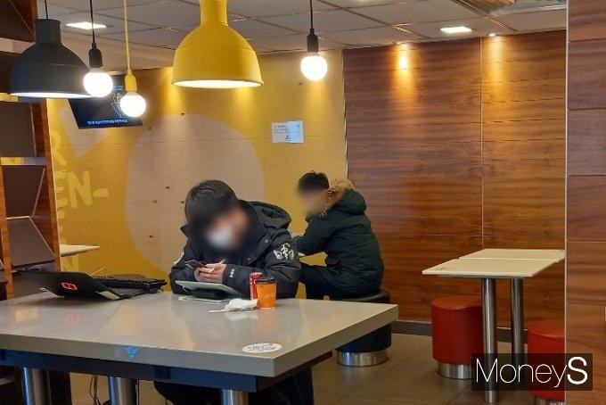 1일 서울의 한 맥도날드에서 커피를 시켜두고 공부하는 사람들의 모습. /사진=김경은 기자
