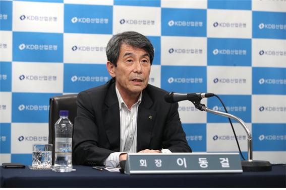 이동걸 산은 회장이 19일 대한항공 아시아나항공 통합 관련 브리핑을 진행하고 있다./사진=산업은행