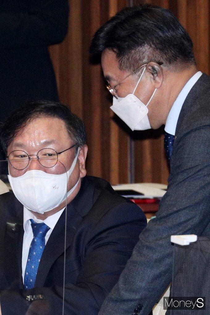 [머니S포토] 국회 법사위, 의견 나누는 김태년과 윤호중
