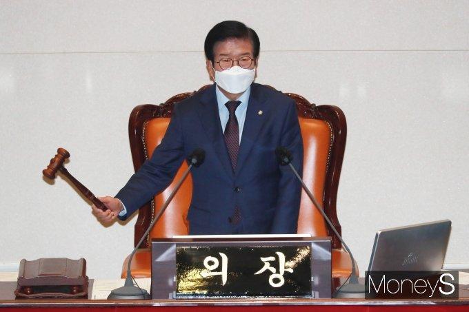 박병석 국회의장이 1일 오후 서울 여의도 국회 본회의장에서 열린 본회의에서 의사봉을 두드리고 있다. /사진=임한별 기자
