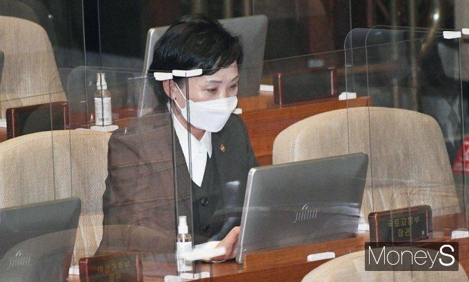 [머니S포토] 국회 본회의 출석한 '김현미'