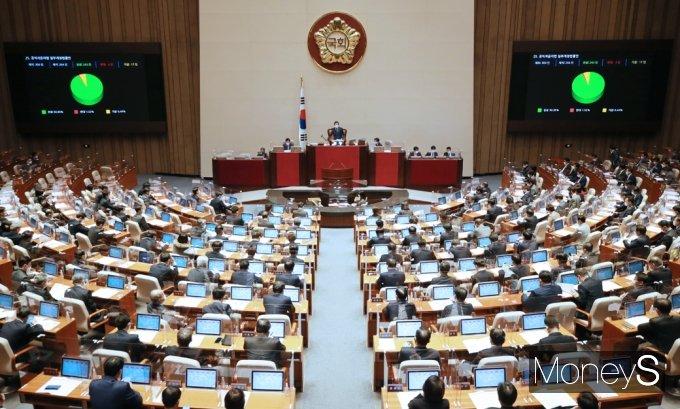 [머니S포토] 국회 본회의 통과된 '공직자윤리법 개정안'