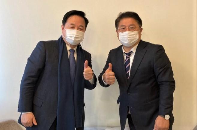 김두관 의원(왼쪽)과 이재영 양산시갑위원장/사진=양산시갑지역위원회