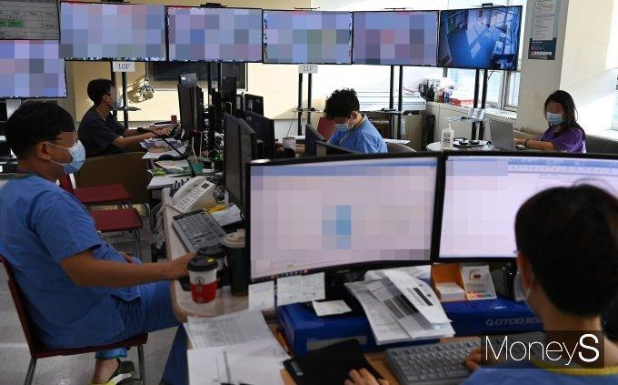 [머니S포토] '2021학년도 수능시험' 분주한 의료진들