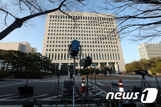 """윤석열, 총장 직무 복귀… 법원 """"직무정지 효력 중단"""""""