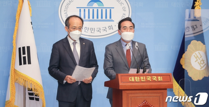 국회 예산결산특별위원회의 간사인 박홍근 더불어민주당 의원(오른쪽)과 추경호 국민의힘 의원이 1일 오전 국회 소통관에서 기자회견을 열고 2021회계연도 예산안 처리를 위한 합의문을 발표하고 있다. /사진=뉴스1