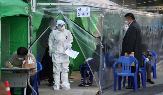 지난달 30일 부산진구 선별진료소에서 시민들이 코로나19 진단검사를 기다리고 있다. /사진=뉴스1