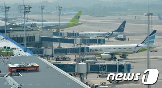 대한항공과 아시아나항공의 합병과 관련한 국내외 '기업결합 심사'도 관건이다. 사진은 두 회사의 계열 저비용항공사 항공기의 모습. /사진=뉴스1