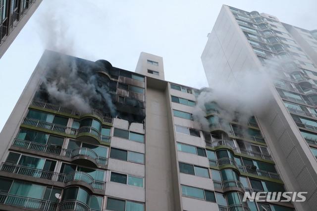 1일 오후 경기 군포시 산본동 소재 한 아파트에서 불이 나 연기가 피어오르고 있다. /사진=뉴시스(소방청 제공)