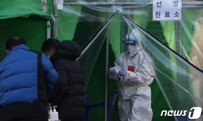 부산 부산진구 선별진료소를 찾은 시민들이 신종 코로나바이러스 감염증(코로나19) 검사를 위해 대기하고 있다.  2020.11.30/뉴스1 © News1 여주연 기자