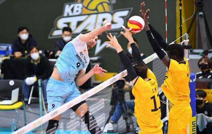 우리카드 알렉스가 1일 KB손해보험과의 경기에서 공격을 시도하고 있다.(KOVO 제공) © 뉴스1