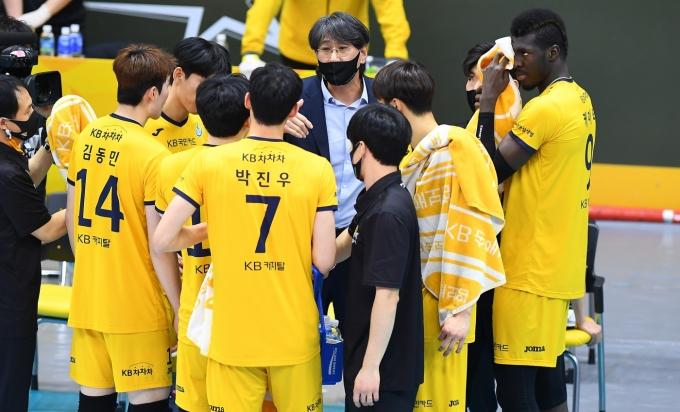 이상열 감독과 KB손해보험 선수단.(KOVO 제공) © 뉴스1