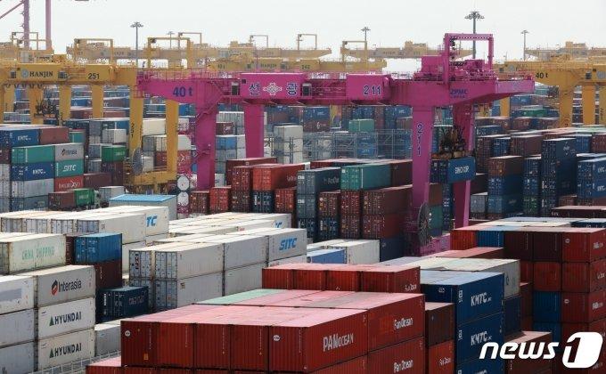 경제협력개발기구(OECD)가 한국의 올해 경제 성장률을 0.1%포인트 낮췄다. /사진=뉴스1DB