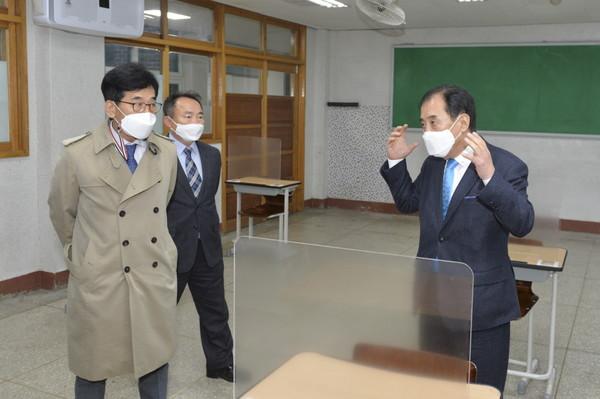 박윤국 포천시장이 1일 수능 방역현장을 직접 점검하고 있다. / 사진제공=포천시