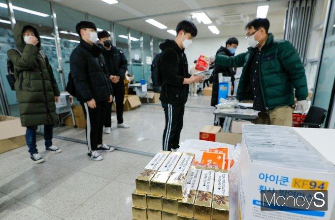 [머니S포토] 수험표와 마스크 받으러온 수험생들